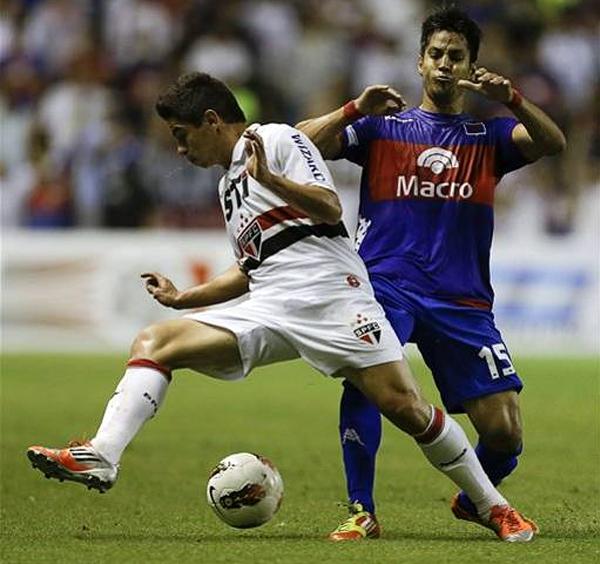 Osvaldo no le atina al balón mientras Gastón Díaz solo lo observa en una constante del partido que se jugó en La Bombonera (Foto: AP)