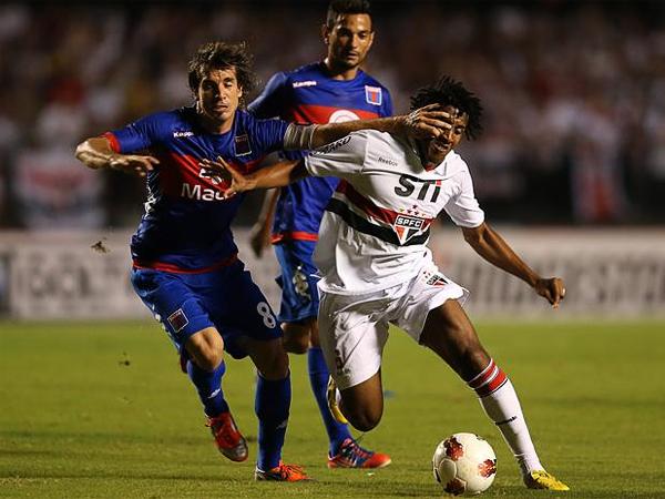 El partido en el Morumbí fue muy disputado en el primer tiempo con algunas acciones en las que el juego fuerte destacó tal como en esta disputa entre Martín Galmarini y Bruno Cortes (Foto: AP)