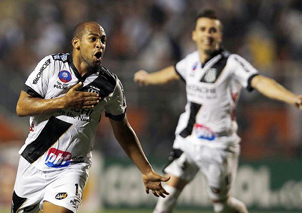Fellipe Bastos siempre buscó el gol en el primer tiempo, pero recién lo encontró sobre el final mediante un tiro libre que le dio algo de alivio a Ponte Preta (Foto: Reuters)