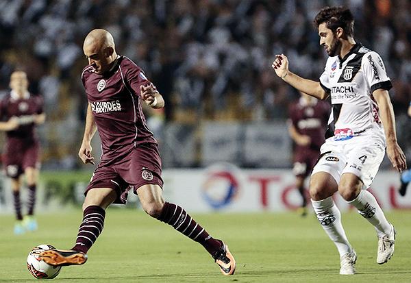 Se lo tiene como goleador, pero a Santiago Silva se le escapó una perfecta chance de gol al final del primer tiempo para poner adelante a Lanús (Foto: AFP)