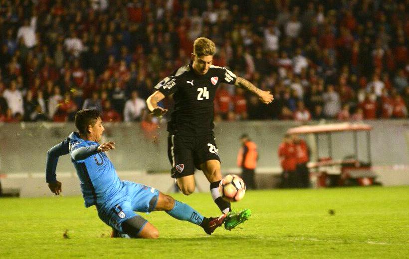 Emiliano Rigoni volvió a demostrar su capacidad individual. (Foto: AFP)