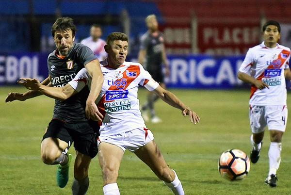 Miguel Hoyos tuvo un duelo habitual con Mariano Pavone. (Foto: AFP)