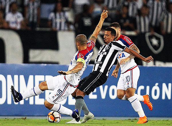 Moisés se enfrenta con Zé Rafael por el balón. (Foto: Prensa Botafogo)