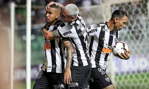 Jair grita el gol de empate, abrazado por Vinícius Goes. (Foto: Conmebol)