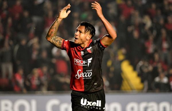 Wilson Morelo celebra uno de los goles de Colón. (Foto: Prensa Colón)