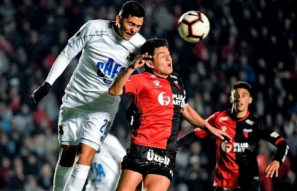 'Pulga' Rodríguez disputa el balón con León. (Foto: Prensa Colón)