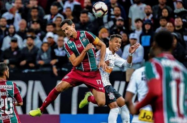 Ganso al cabezazo con Pedrinho. De otra acción aérea, pero en el área local, surgió la mejor chance de gol del partido. (Foto: Balón Mundial)