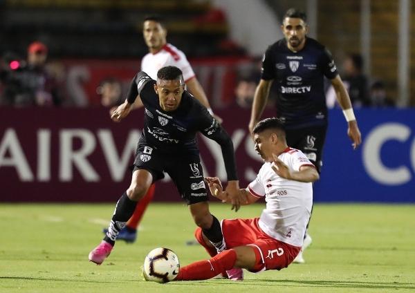 El panameño Torres supera a Alan Franco. (Foto: diario Olé)