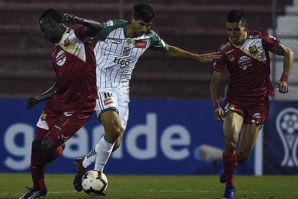 Mugni fue protagonista excluyente: un gol y un autogol. Acá se cuela por el medio de la zaga local. (Foto: Prensa Conmebol)