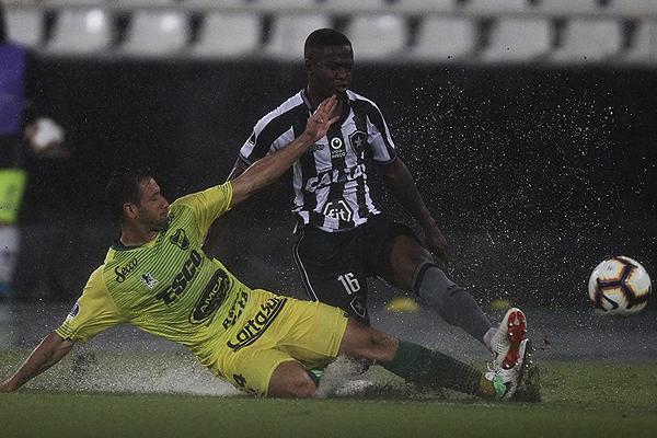Jonathan y Julio González parecen jugar en la piscina del Nilton Santos. (Foto: AFP)