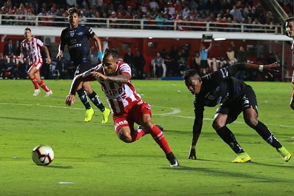 Nicolás Mazzola escapa en velocidad se escapa de Anthony Landázuri. (Foto: Prensa Unión)