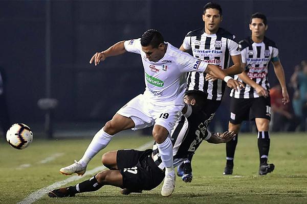 David Gómez ante Cristian Aguada por el balón. (Foto: Conmebol)