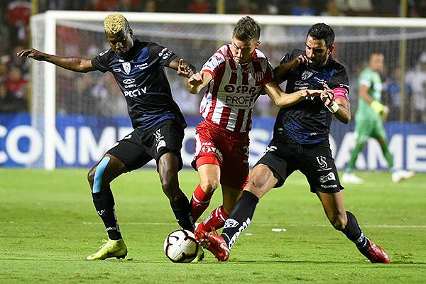 Segovia y León intentan quitarle el balón a Pittón. (Foto: AFP)