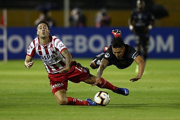Mazzola y Franco se encuentran, aunque ambos caen. (Foto: AFP)