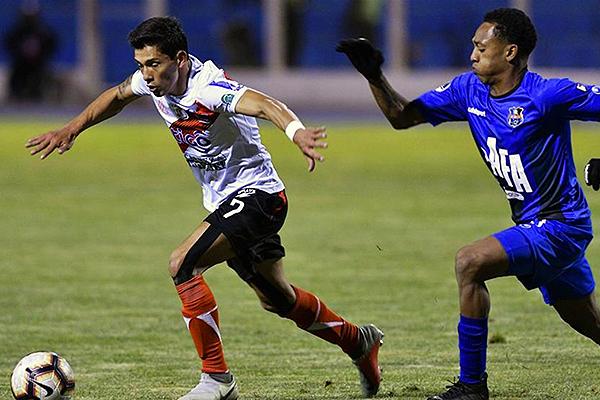 Edson Pérez intenta escapar de Andrés Maldonado. Nacional Potosí se cansó de atacar. (Foto: AFP)