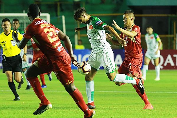 Mugni intenta avanzar mientras Mosquera y Muñoz bloquean su avance. (Foto: Fuad Landívar / diario El Deber)