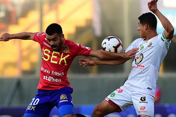 Misael Dávila no puede con la marca de Darío Bone. (Foto: Conmebol)