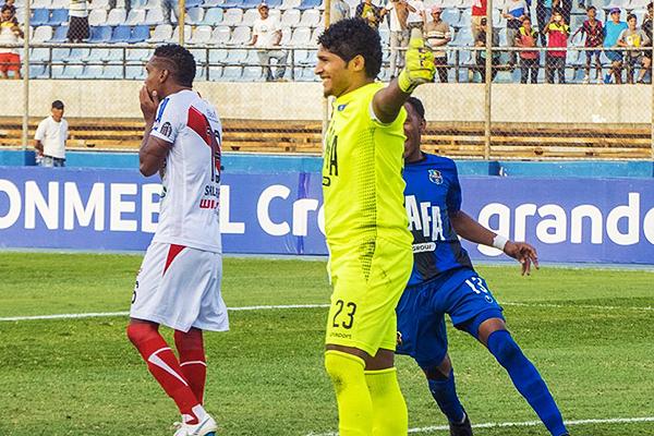 Salazar no puede creer el penal picado -y perdido-, mientras Morales celebra. (Foto: diario El Carabobeño)