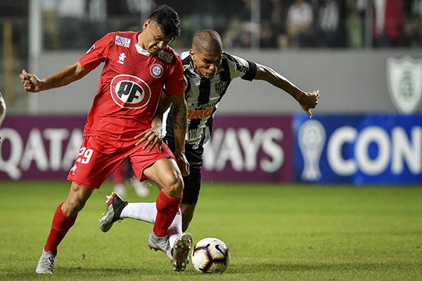 Bou se mide con Patric por el balón. (Foto: AFP)