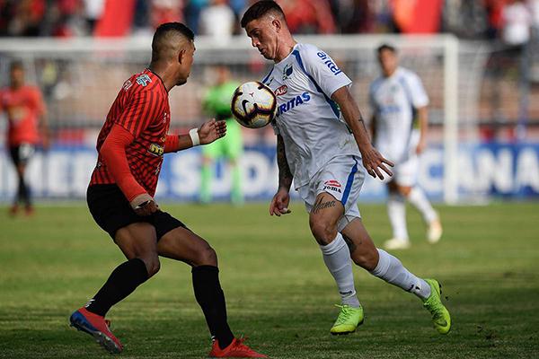 Medina se lanza en ataque mientras lo marca Añor. (Foto: AFP)