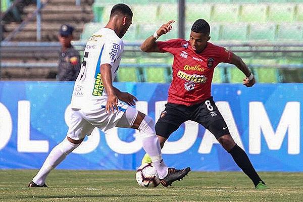 Celis amaga ante la marca de Romero. (Foto: AFP)