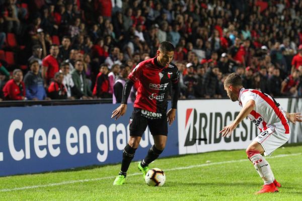 Pérez intenta evitar el avance de Vigo. (Foto: AFP)