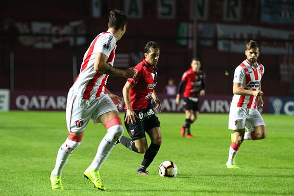 Bernardi se lanza al ataque mientras Ospitaleche y Plada observan. (Foto: AFP)