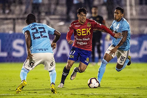 Galdames arremete en ataque ante la marca de Gonzales y Céspedes. (Foto: AFP)
