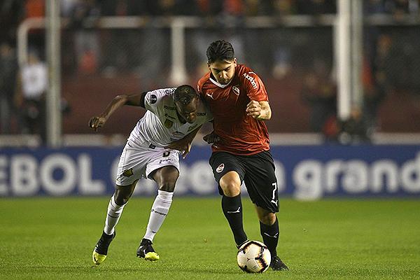 Benítez le gana en velocidad a Hinestroza. (Foto: IAM Media)