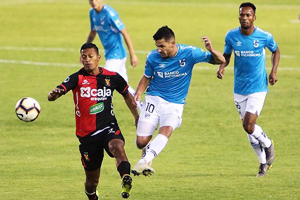 Martínez se anticipa a Narváez. (Foto: Fredy Salcedo / DeChalaca.com)
