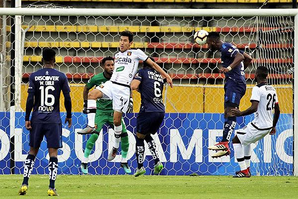 Carcelén le gana la posición a Romero y Ramos para conectar el balón y abrir la cuenta. (Foto: AFP)
