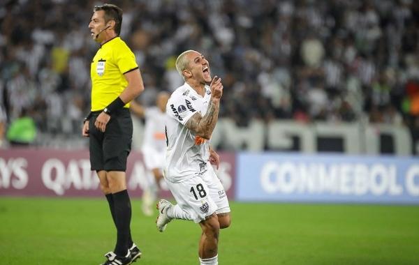 Claus recurrió al VAR, aunque no necesitó hacerlo para validar el tanto de Vinícius Goes. (Foto: Prensa Atlético Mineiro)