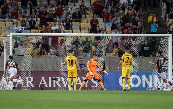 Desde temprano, Marcos Paulo desequilibró. En esta acción puso arriba a Fluminense. (Foto: EFE)