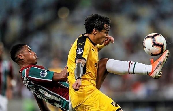 Yony González volvió a ser clave para Fluminense. Acá disputa el balón con Lores. (Foto: EFE)