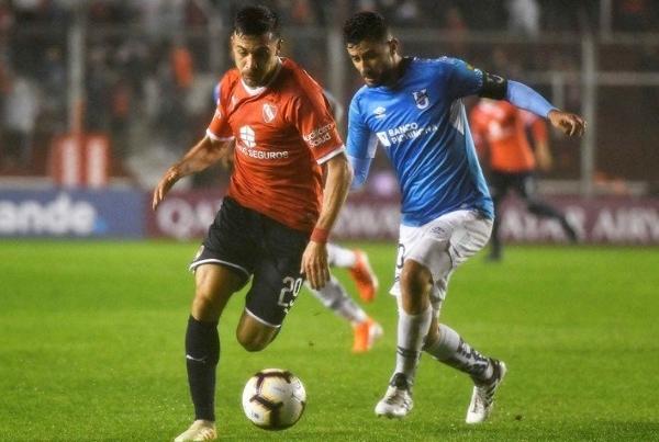 Pizzini fue lo mejor de la noche. Acá pasa por delante de Martínez. (Foto: AFP)