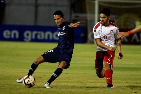 Oña trata de salir jugando ante Benítez, quien había marcado el tanto de igualdad para el 'Rojo'. (Foto: EFE)