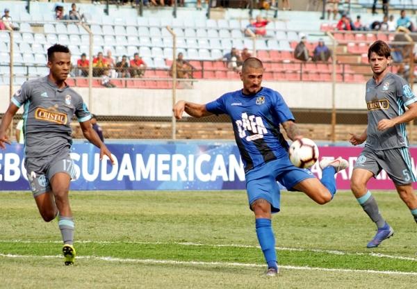 Feltscher aprovechó la chance que tuvo. Acá ensaya un tiro ante Loyola y Merlo. (Foto: Prensa Zulia FC)