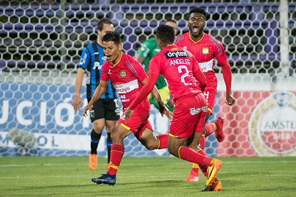 Huancayo le regaló al fútbol peruano su momento cumbre en 2020 con el triunfazo que logró sobre Liverpool en Montevideo. (Foto: AFP)