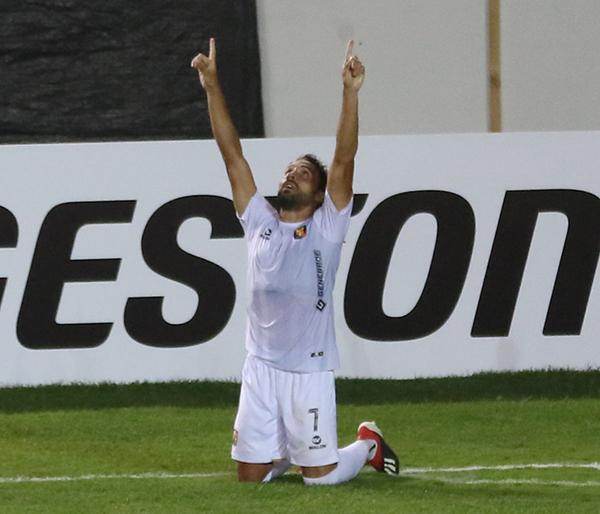 Bordacahar alza los brazos para conmemorar su actuación: Melgar sacó ventaja producto de sus goles. (Foto: Pedro Monteverde / DeChalaca.com)