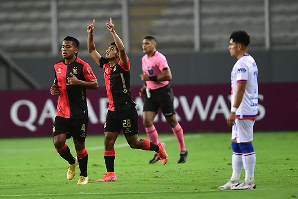 Arias alza los brazos tras su tanto. El 'Chaca' es sin duda el futbolista más regular del equipo de Lorenzo. (Foto: AFP)