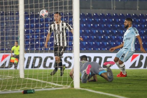 Ferreira culminó así la acción que permitió a Libertad gritar el triunfo sobre un Santos sorprendido. (Foto: AFP)