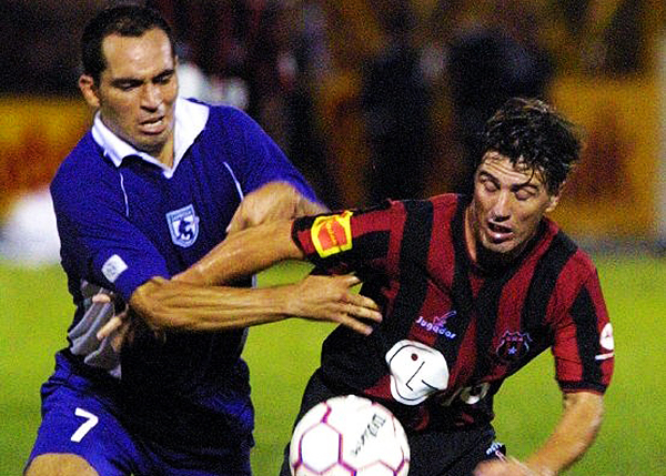 Alajuelense y Saprissa protagonizan la final de 2004. (Foto: AFP)
