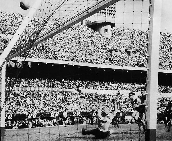 Prado ensaya el remate, mientras Rattín lo presiona. (Foto: Facebook)