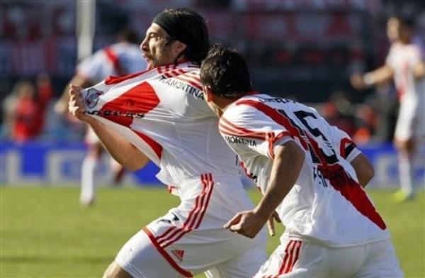 GRITA LA BANDA. El festejo del goleador apenas a los 5' de juego. (Foto: AP)
