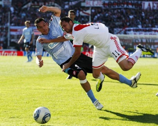COMIENZA A CAERSE. Caruso resbala en una entrada. River la tuvo muy complicada en todo momento pese al gol inicial. (Foto: AP)
