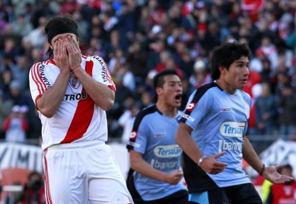 PUNTO DE QUIEBRE. Pavone se lleva los brazos al rostro luego de errar el penal. Lo gritan los once de Belgrano y toda Córdoba. (Foto: AP)
