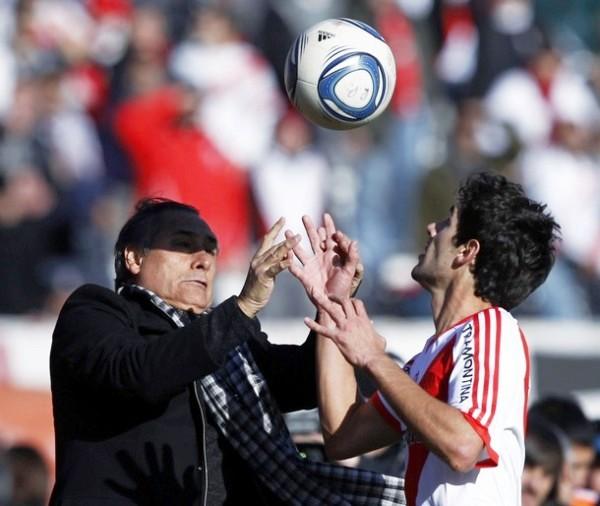 ESTÁS BIEN JOTA. Juan José López no puede tomar un balón que cae cerca de su banco. La desesperación cundía en el técnico de River. (Foto: AP)
