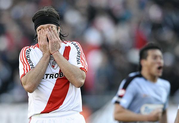 A mediados de 2011 River Plate no solo perdió la categoría en el fútbol argentino, sino también su clasificación a la Copa Sudamericana 2011 (Foto: AFP)