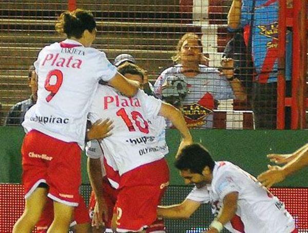 NO LLORAN, CELEBRAN. Argentinos Juniors venció en Sarandí al Arsenal. Ambos tantos fueron de Santiago Salcedo para la visita. (www.fotobaires.com )