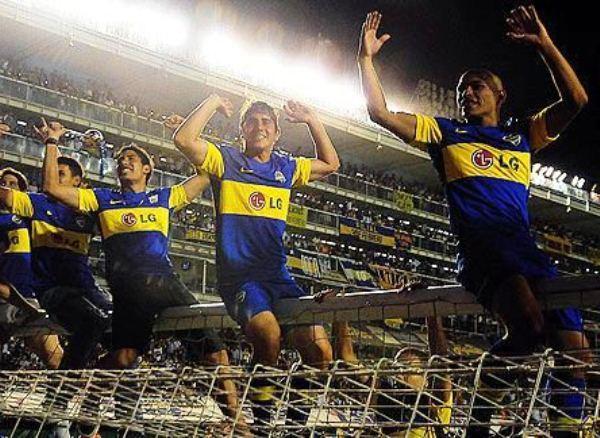 SALE EL CAMPEÓN. Darío Cvitanich y Diego Rivero anotaron los tantos del 3 a 0 con el que Boca salió campeón y festejó por anticipado. (www.fotobaires.com )